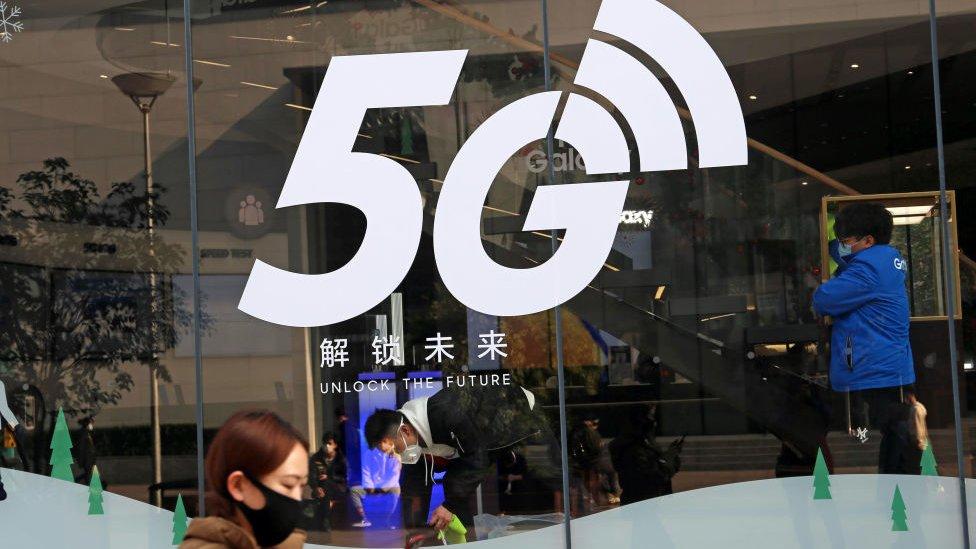 Tienda anunciando la tecnología 5G.