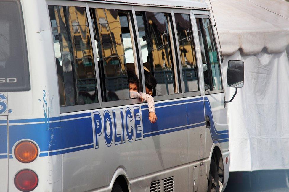 Uno de los niños venezolanos deportados en un vehículo policial en Trinidad y Tobago.