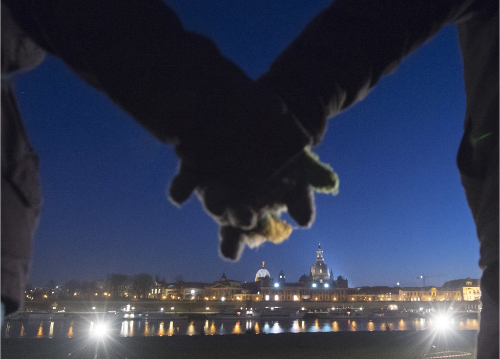 Hand-holding event in Dresden
