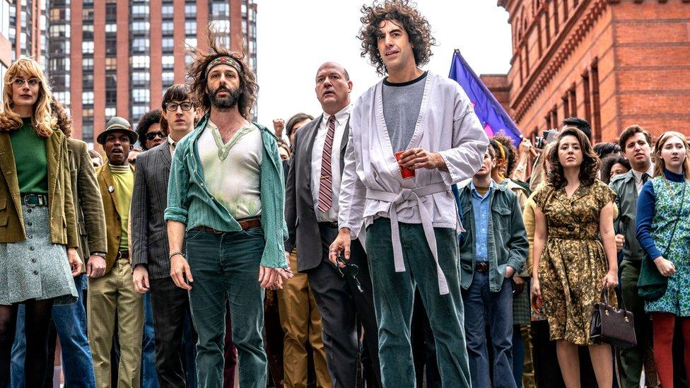 """Jeremy Strong y Sacha Baron Cohen en """"El juicio de los 7 de Chicago"""""""
