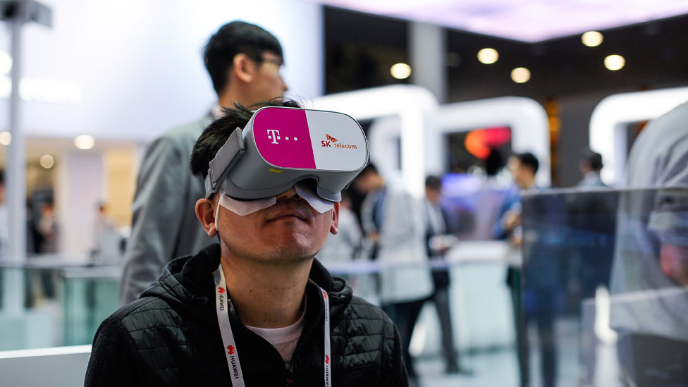 Un hombre joven usando visores de realidad virtual