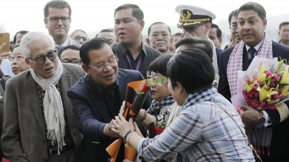 柬埔寨首相洪森親自迎接郵輪乘客並獻花。