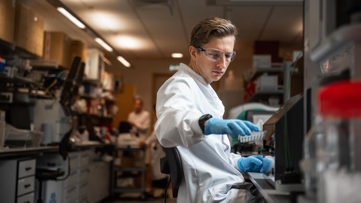 Исследователь в лаборатории Оксфордского института Дженнера, работающий над вакциной против коронавируса, разработанной AstraZeneca и Оксфордским университетом, декабрь 2020 г.