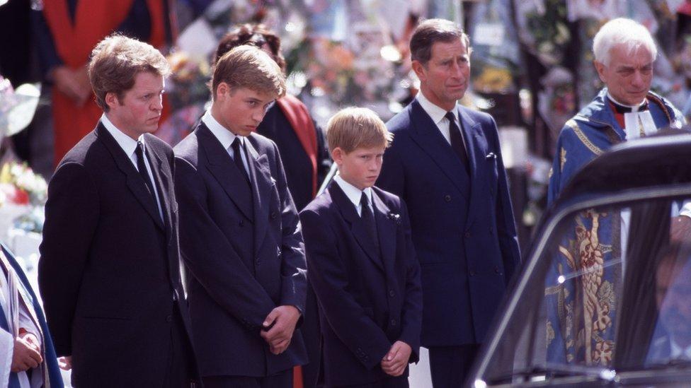 Príncipe Harry e sua família ao lado do carro funerário de sua mãe