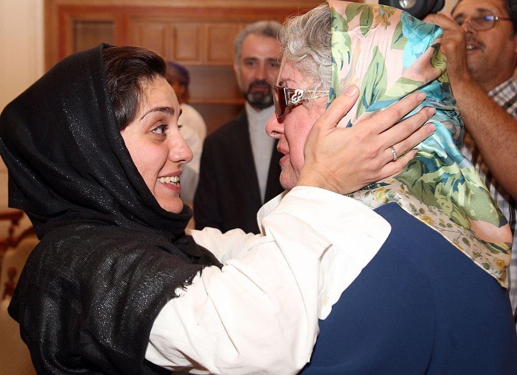 لقاء شهرزاد ميرقليخان بوالدتها في مسقط بعد إطلاق سراحها من السجن