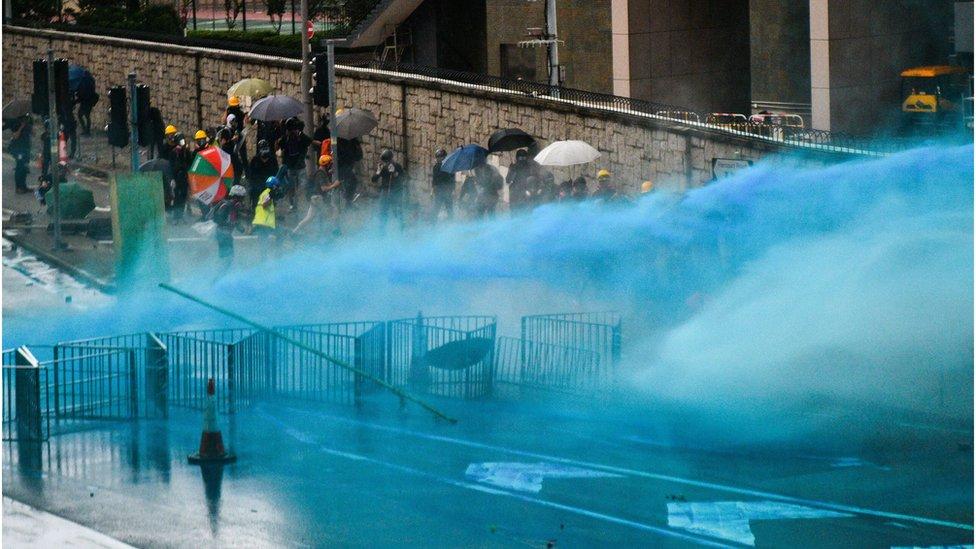 香港警方出動水炮車驅散示威者。