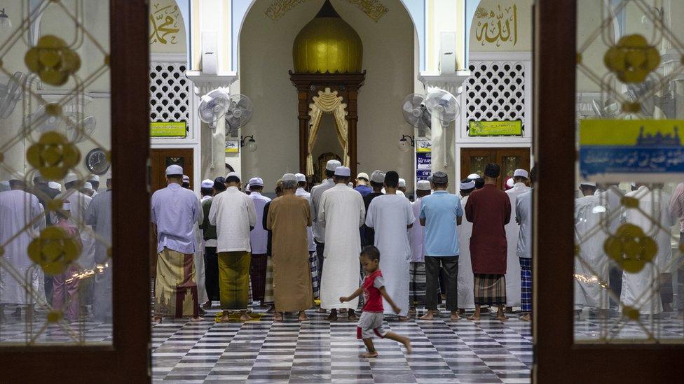 Ljudi se mole u džamiji na Tajlandu