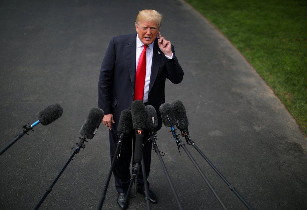 الرئيس الأمريكي دونالد ترامب يتحدث إلى وسائل الإعلام قبل مغادرة البيت الأبيض في رحلة.