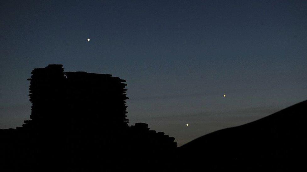 Planet Merkurius (warna kuning di sebelah kanan) dibuntuti oleh Jupiter dan Venus.
