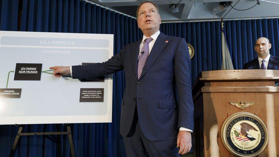 Федеральний прокурор Південного округу Джеффрі Берман (ліворуч) розповів, в чому звинувачують двох бізнесменів