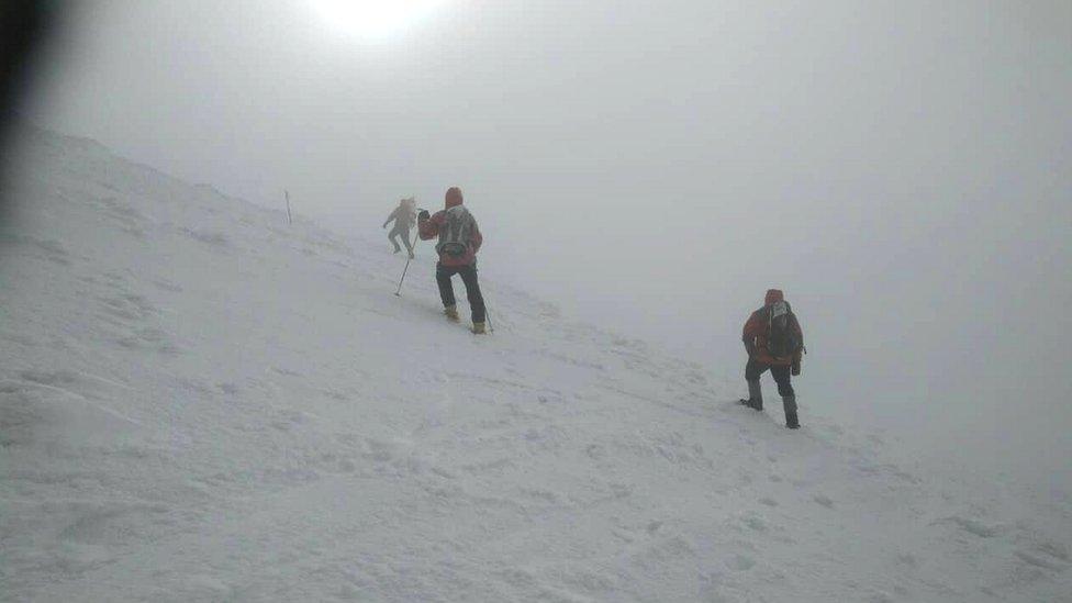Троє киян потрапили під снігову лавину на Закарпатті, один загинув