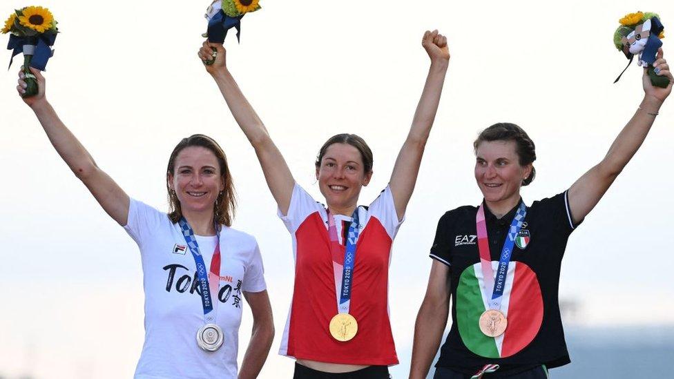 En el podio: Anna Kiesenhofer medalla de oro (centro), Annemiek Van Vleuten plata (izq.) y Elisa Longo Borghini bronce.