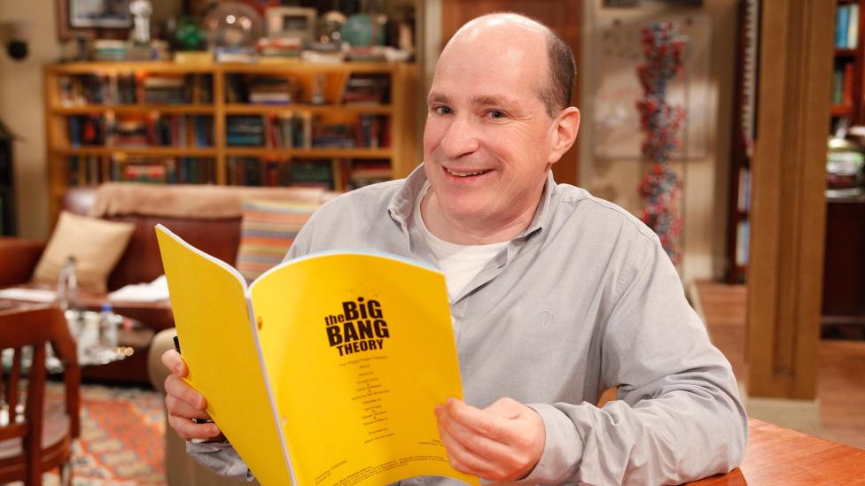 El profesor David Saltzberg en el plató de The Big Bang Theory