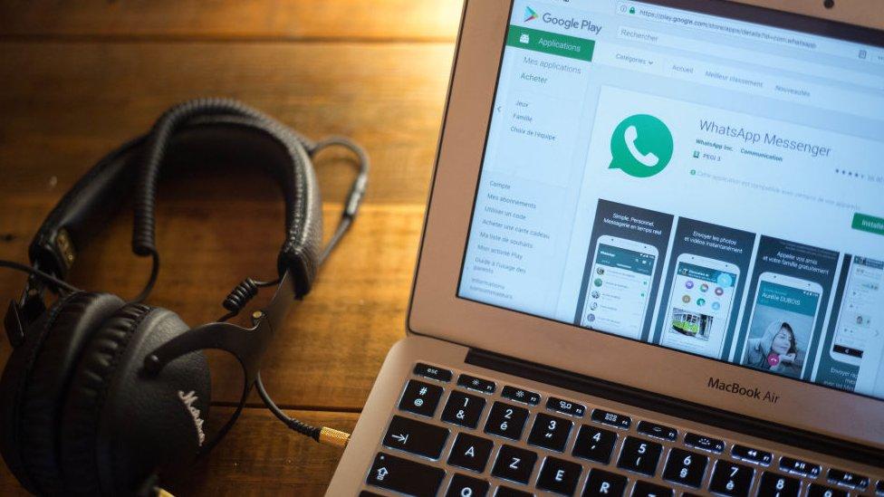 Logo de WhatsApp en pantalla de computadora.