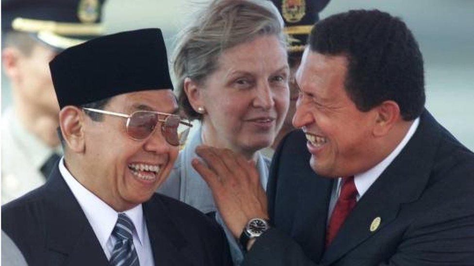 Presiden ke-empat Indonesia, Abdurrahman Wahid dan presiden Venezuela, Hugo Chavez ketika bertemu dalam KTT OPEC pada Oktober 2000 di Caracas, Venezuela