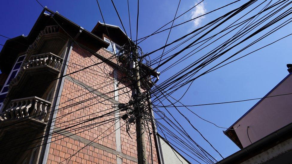 Od 1999. građani severa Kosova ne plaćaju struju jer je zvaničnicima kosovskog energetskog sektora onemogućeno čitanje brojila za struju. Delimično se napajaju strujom iz Novog Pazara