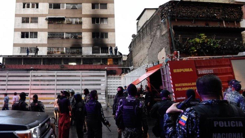 نوافذ متفحمة بالقرب من الموقع الذي كان مادورو يتحدث منه