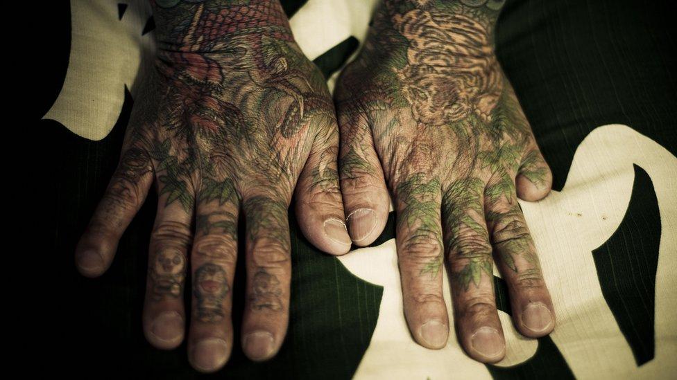manos con tatuajes