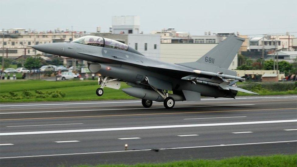 漢光軍演中F16V習演公路起降