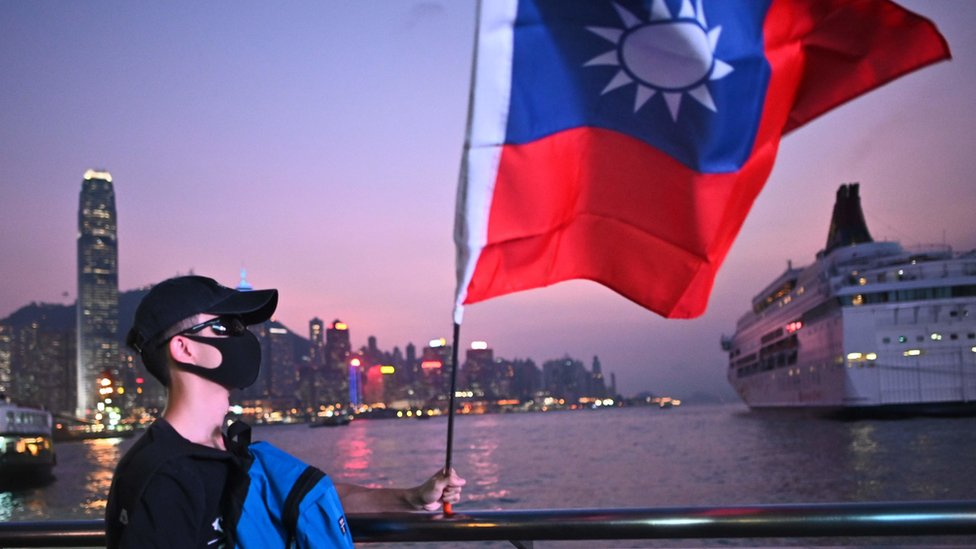 香港尖沙咀海旁一名戴著口罩的「反送中」示威者高舉台灣青天白日滿地紅旗幟(10/10/2019)