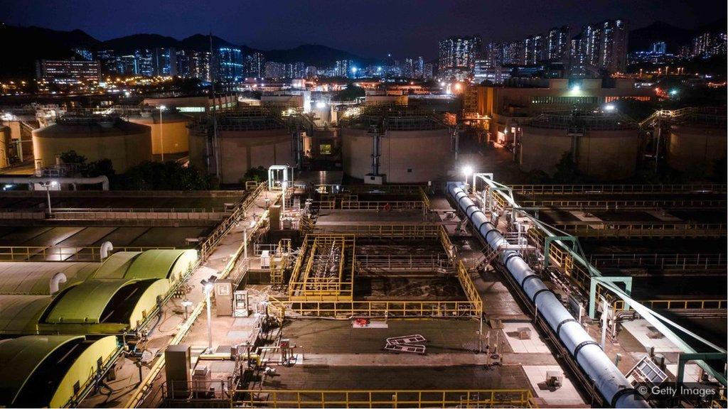 在動工之前,香港已有一個非常之複雜的地下隧道和管道網絡,因此香港的地底污水輸送系統工程曾被認為成本太高,不切實際。