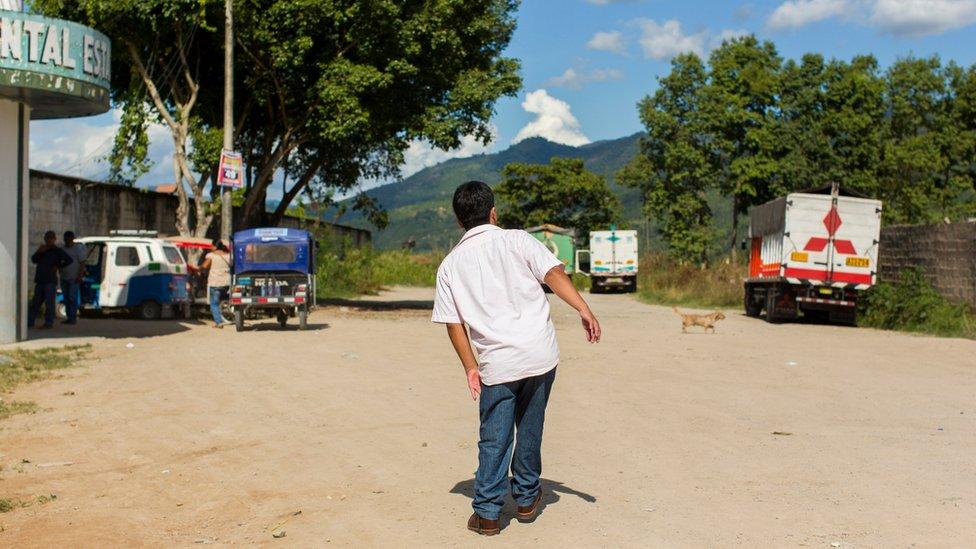 Luis Fermín Tenorio Cortez caminando en la calle en Pichanaki en una foto de espaldas