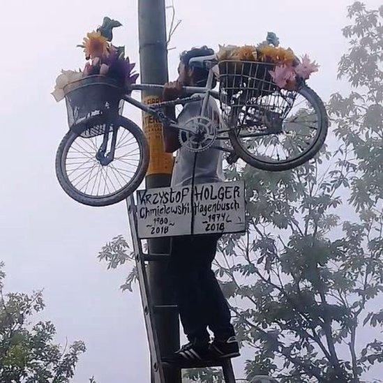 Un hombre carga una bicicleta