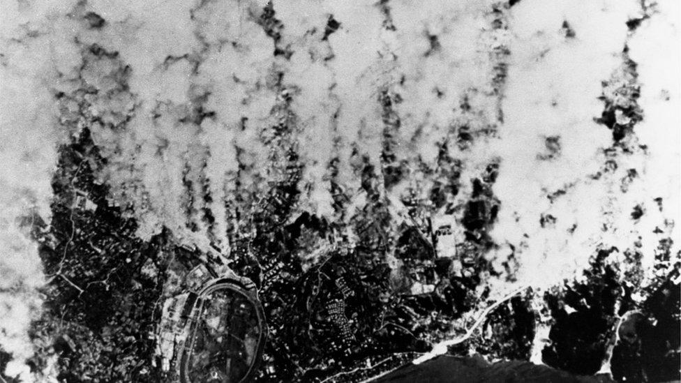 Columnas de humo en Yokohama, durante un ataque aéreo en marzo de 1945.