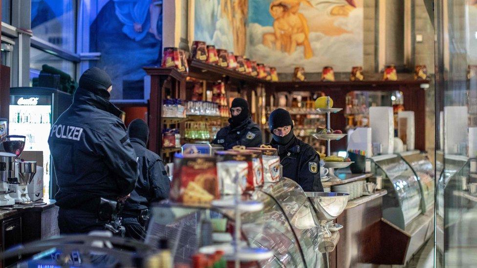 Policajci upali u poslastičarnicu u Dizburgu, zapadnoj Nemačkoj, 5. decembra 2018. godine.