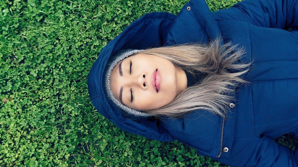 امرأة مستغرقة في النوم