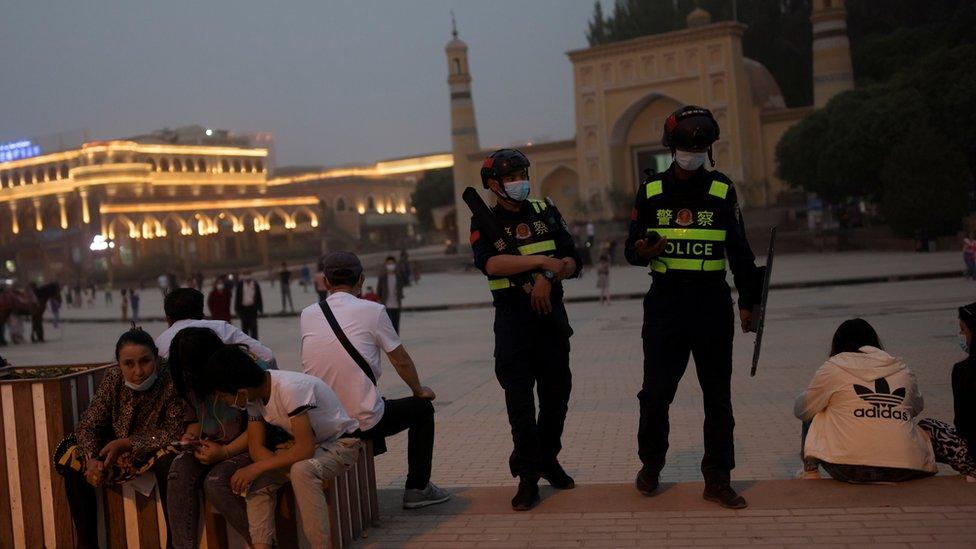 新疆喀什艾提尕爾清真寺外休憩的群眾與站崗的警察(3/5/2021)