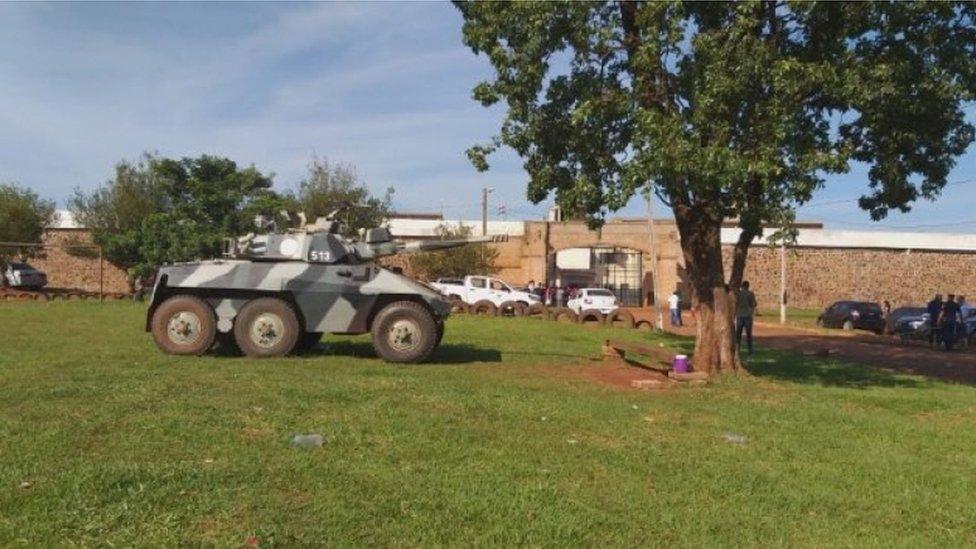 Una tanqueta frente a una cárcel