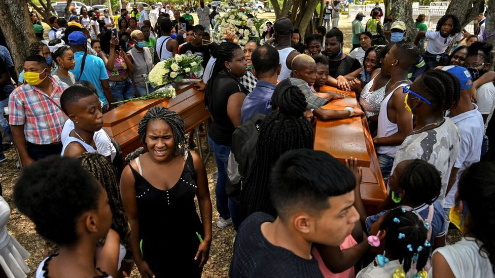 Asistentes al funeral de los cinco jóvenes que asesinaron en Cali.