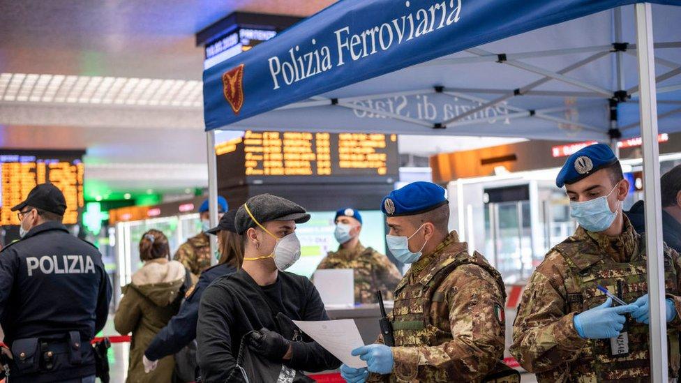 La policía controla la llegada de italianos y turistas en la estación de trenes de Roma.