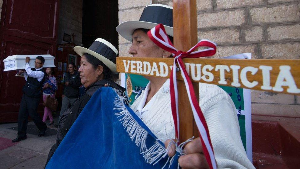 Familiares de víctimas de la guerra entre Sendero Luminoso y el Estado peruano.