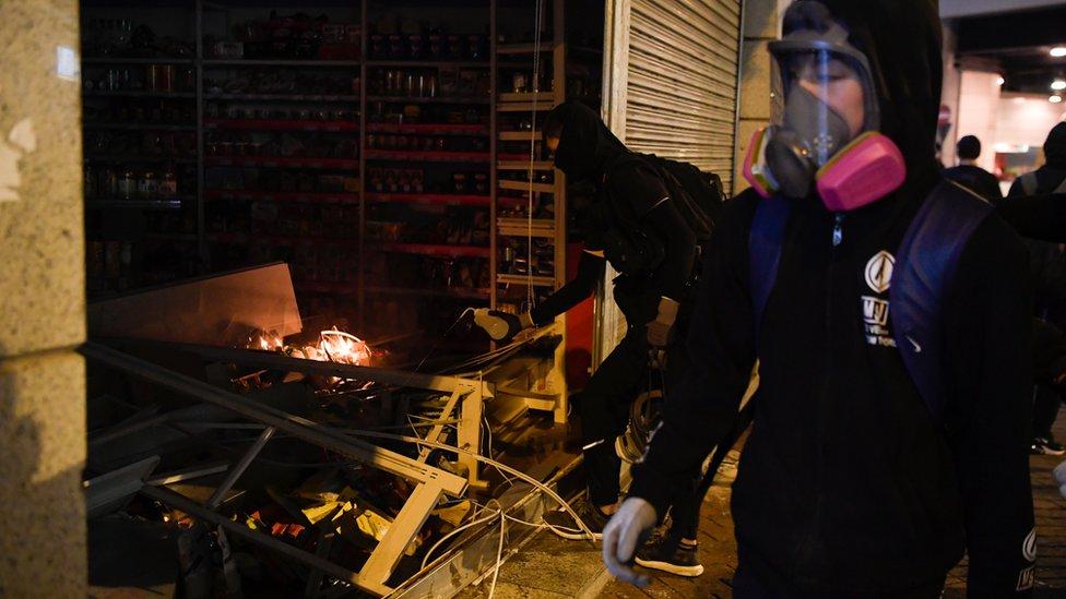 入夜後,示威者破壞被指親中的商店。