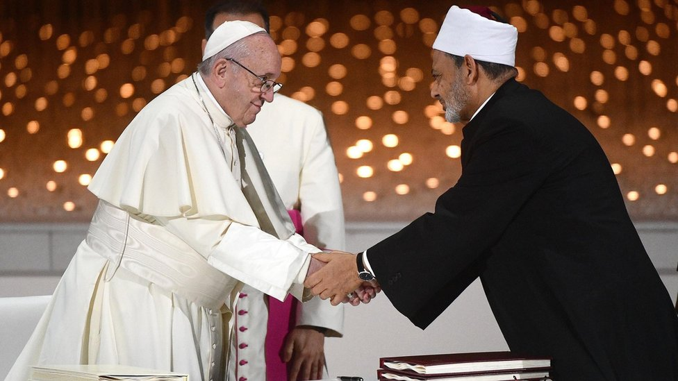 Pope Francis (L) shakes hands with Sheikh Ahmed al-Tayeb (R), the grand imam of Egypt's al-Azhar mosque. in Abu Dhabi (4 February 2019)