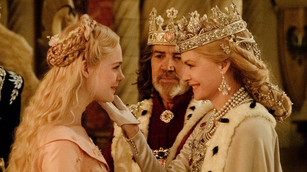 艾麗·範寧(左)和米歇爾·菲佛也出演了《黑魔后2》。