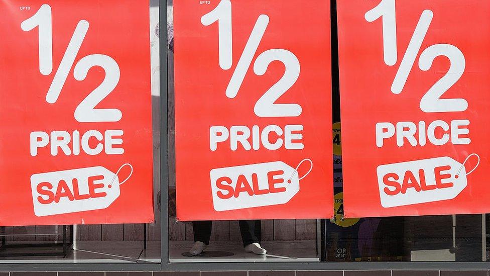 Se estima que los estadounidenses gastarán en promedio unos US$967 durante la temporada navideña.