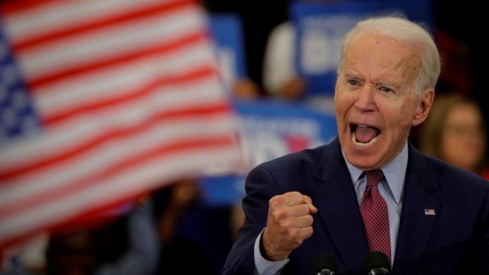 Joe Biden discursando, com gesto e olhar enfáticos