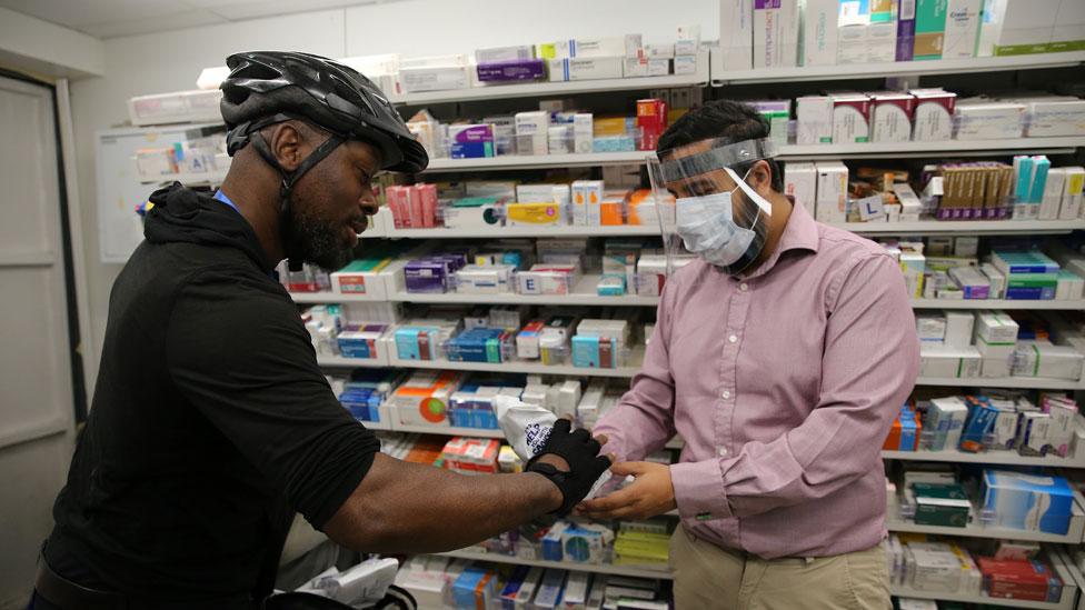 Un repartidor negro y un farmaceuta asiático en Londres