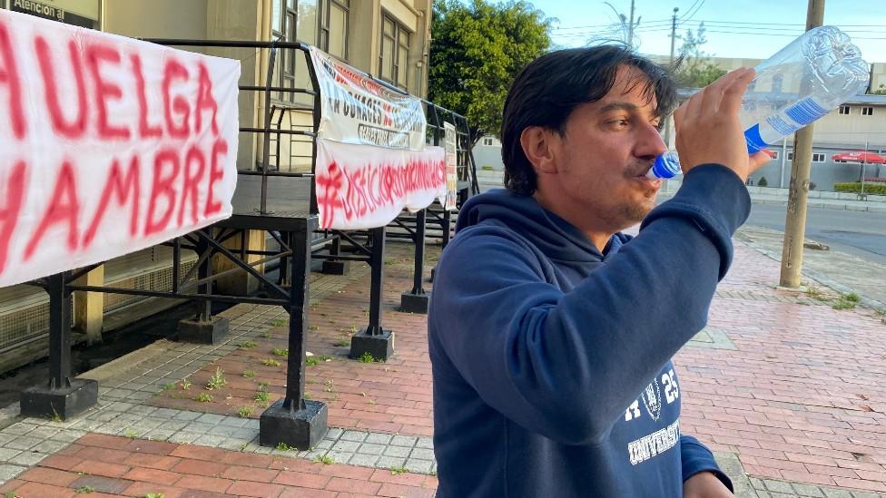 Juan Pablo Ovalle bebe agua