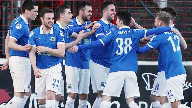 Linfield players celebrate victory over Glentoran