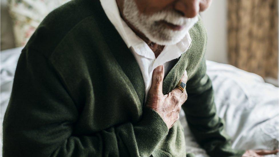 رجل يعاني من الوحدة يشكوا من آلام في الصدر