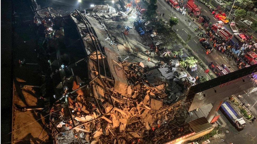 Escombros del hotel colapsado.