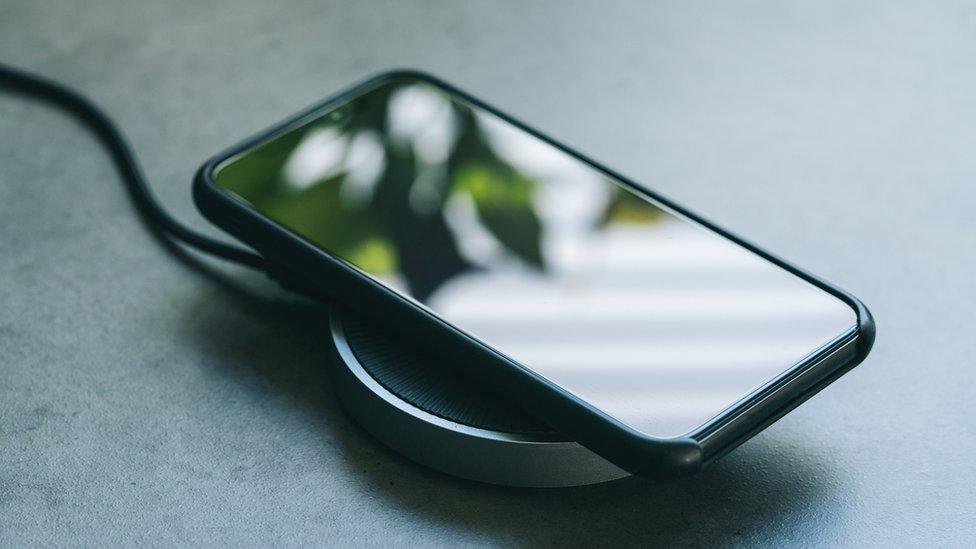 Un móvil cargado por inducción