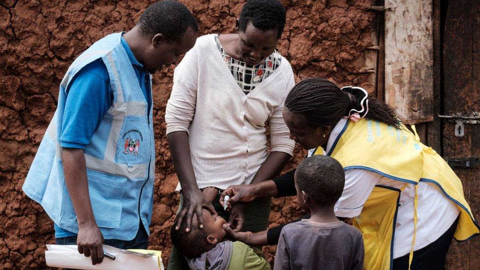Niños siendo vacunados en Kenia.