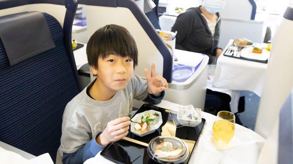 Korona virus i Japan: Sediš u avionu na pisti i ručaš za 460 evra