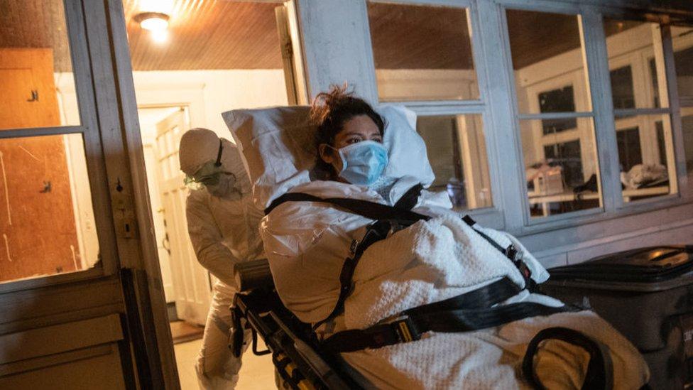 Una paciente guatemalteca de covid-19 es trasladada a un hospital en Connecticut.