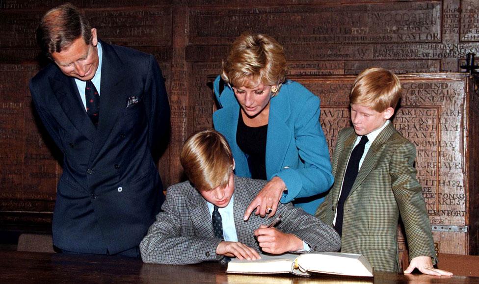 Prins Hari gleda kako njegov brat potpisuje pristupnicu na koledž Iton 1995. godine - poći će njegovim stopama, upisavši se u istu školu tri godine kasnije
